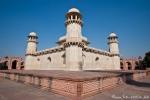 Das rechteckige zweistöckige Mausoleum erhebt sich in der Mitte der Gartenanlage - Itimad-ud-Daula