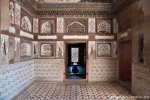 Gemalte Blumenmotive und bunte Steinmotive zieren das Innere des Mausoleums - Itimad-ud-Daula
