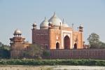 Eine der beiden Moscheen, die das Taj Mahal flankieren
