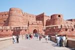 Dicke Festungsmauern umgeben das Red Fort