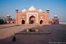 Das Taj Mahal flankierende Moschee mit roten Sandsteinfassaden