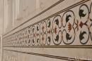 Pietra dura-Arbeiten mit Halbedelsteinen verzieren die weiße Marmorfassade des Taj Mahal
