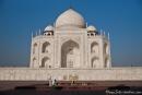 Auf dem weißen Marmorsockel scheint das Taj Mahal zu schweben