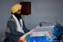 Ein Sikh liest aus einem Heiligen Buch