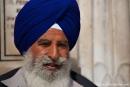 Als äußeres Zeichen tragen Sikhs fünf Symbole: langes Haar (kesh), Unterhosen (kachha), Kurzschwert (kirpan), Kamm (kangha), und Armreif (kara)