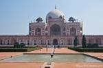 Vom Eingang zeigt sich Humayun`s Grabmal in perfekter Symmetrie