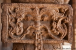 Kunstvoll verzierte Säulen in der Quwwat-ul-Islam-Moschee
