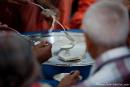 Heilige Schuhe werden mit Milch übergossen - Sivananda Ashram