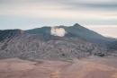 Der aktive Vulkan Bromo dampft  freidlich vor sich hin