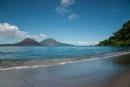 Vom Ufer der benachbarten Insel  blicken wir auf den Vulkan Anak Krakatau