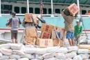 Mühsam und schwer - im Lastenseglerhafen Sunda Kelapa wird ein Schiff beladen