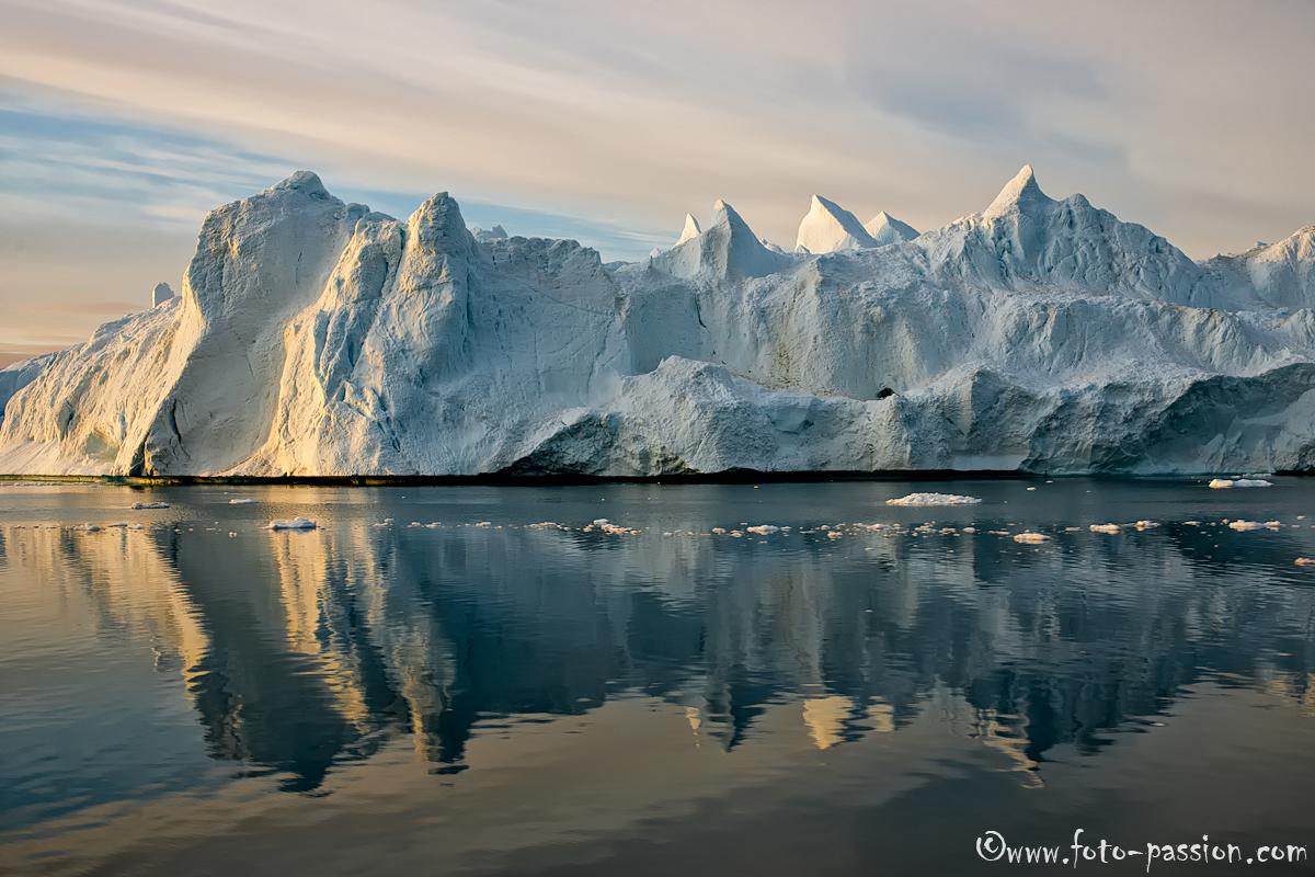 eisberge spiegeln sich in der diskobucht