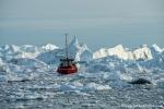 Fischkutter zwischen den Eisbergen