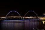Die Brücke am Bell Tower am Elizabeth Quay bei Nacht