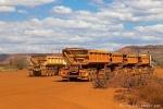 In Road-Trains wird die eisenerzhaltige Erde zum Hafen gebracht