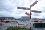 Noch 3 Stunden Flugzeit bis zum Nordpol - Wegweiser am Flughafen Kangerlussuaq