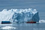 Containertransport auf grönländisch. Gleich zwei Container werden so transportiert.