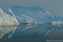 Gigantische Eisberge spiegeln sich im Wasser