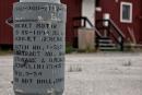 Die alten Granaten der hier ehemals stationierten Amerikaner dienen überall im Ort als Aschenbecher