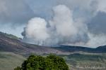 Rauchender Krater des aktiven Vulkans Gunung Lokon