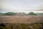 Die Sandwüste der Tengger-Caldera mit dem Gunung Bromo, rechts dem Gunung Batok und dahinter dem Gunung Semeru