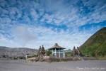 Das Kloster in der Tengger-Caldera und im Hintergrund der dampfende Vulkan Bromo