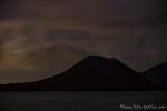 Ganz klein und winzig ist das Feuer aus dem Krater des Anak Krakatau