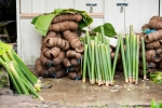Bambus und Kokosschalen. Die Kokosschalen dienen als Brennstoff und in den Bambusrohren wird das Essen zubereitet.