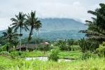 Der Vulkan Gunung Lokon ist wolkenverhangen