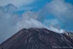 Der Anak Krakatau stößt weithin sichtbar Rauchwolken aus.
