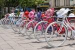 Holland-Leihfahrräder mit dem dazugehörigen bunten Sonnenhut