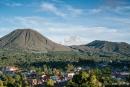Blick auf den aktiven Vulkan Gunung Lokon
