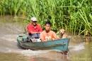Die Einheimischen sind mit Booten unterwegs