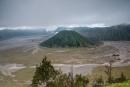 Dichte Wolken hängen über der Caldera mit dem Gunung Batok im Vordergrund