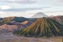 Die aktiven Vulkane des Massivs - links der Gunung Bromo, rechts vorn der grün bewachsene Gunung Batok und dahinter der Gunung Semeru