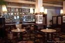 Unzählige alte Fotografien schmücken die Wände des Cafe Batavia