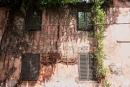Sehr alt und sehr marode sind die alten Gemäuer der Altstadt