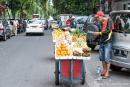 Trotz dichtem Verkehrsgewühl sind die Händler mit ihren mobilen Obstständen unterwegs