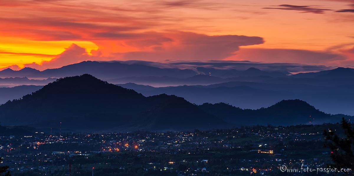 Sonnenaufgang mit Blick auf Cibodas und den Gunung Gede