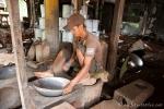 Aus Altmetall werden neue Töpfe hergestellt