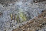 An vielen Stellen tritt kristallisierter Schwefel aus und es zischt wie aus Dampfstrahlern.