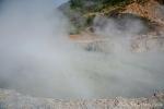 Sikidang-Krater auf dem Dieng Plateau, aus dem kochend heiße Schwefeldämpfe ausfteigen.