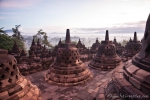 Stupas auf der oberen Etage der Tempelanlage