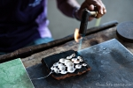 In einer Silberschmiede können wir bei der Herstellung von kunstvollem Silberschmuck zusehen.