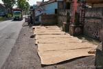 Reis wird überall an der Straße getrocknet