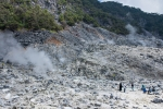 Vulkankrater des Kawah Domas mit vielen heißen Geysiren und dampfenden Solfataren