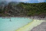Milchig weißer Kratersee am Kawah Putih in Ciwidey