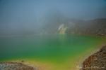 Wir nutzen jede Lücke im Nebel, um einen Blick auf den grünen Kratersee des Papandayan zu erhaschen.