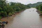 Der Fluss führt Vulkanasche mit sich und die wird mit einfachsten Mitteln aus dem Fluss gefördert, um sie als Baumaterial zu nutzen.