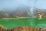 Der faszinierend grüne Kratersee des Vulkans Papandayan